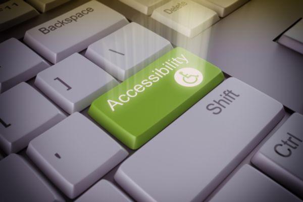 Weiße Tastatur mit einer grünen Accessibility-Taste anstelle von der Enter-Taste