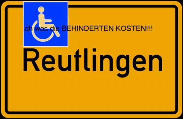 Das Ortsschild von Reutlingen, ein Rollstuhlsymbol und der Text: oh was die BEHINDERTEN KOSTEN!!!