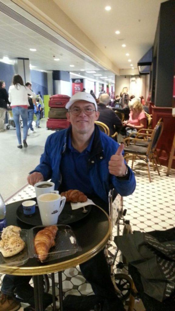 Markus stärkt sich beim Rückflug im Flughafen Manchester