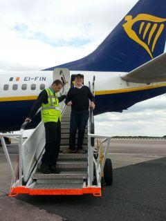 Markus mit Schildmütze geht die Treppe vom Flugzeug herunter in Manchester nach der Landung